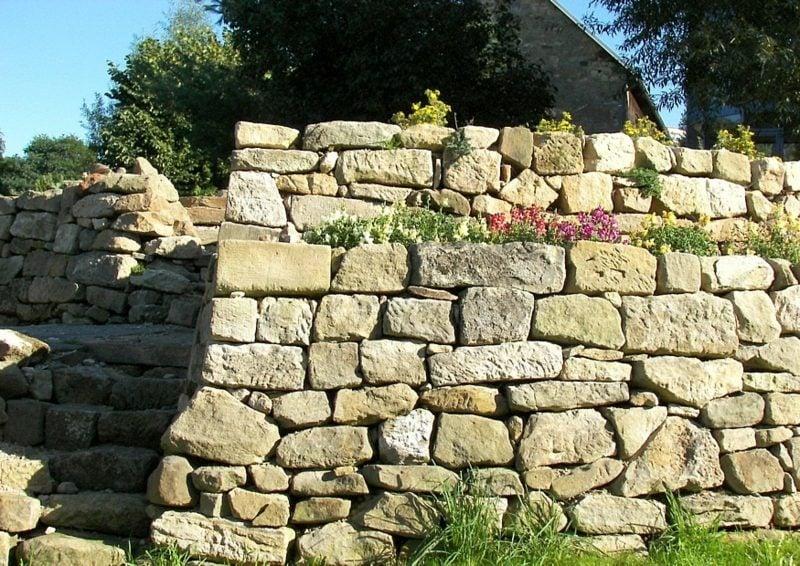 Steinmauer im g\Garten stufenweise gebaut