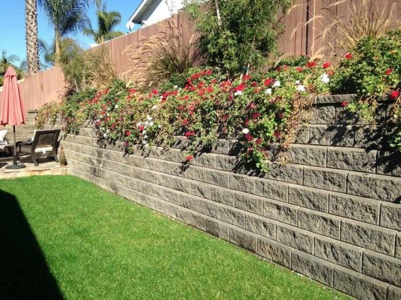 Steinmauer im Garten bepflanzt Blumen attkaktiver Look