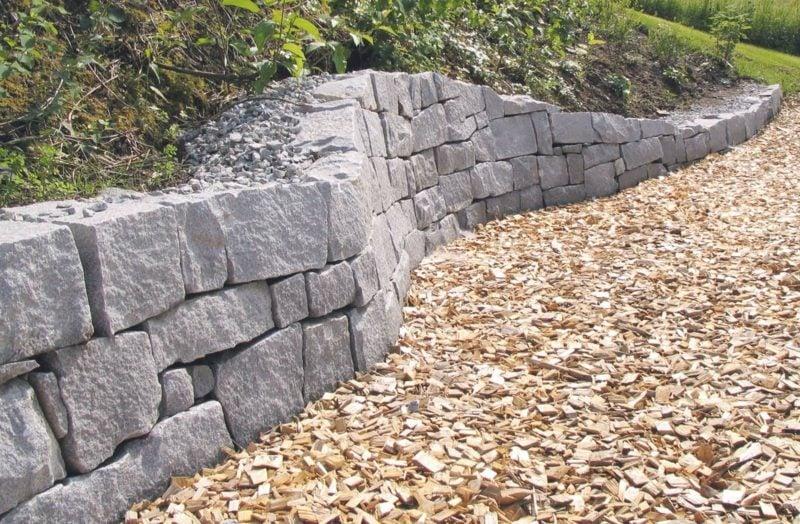 Steinmauer im Garten originelle Bauweise