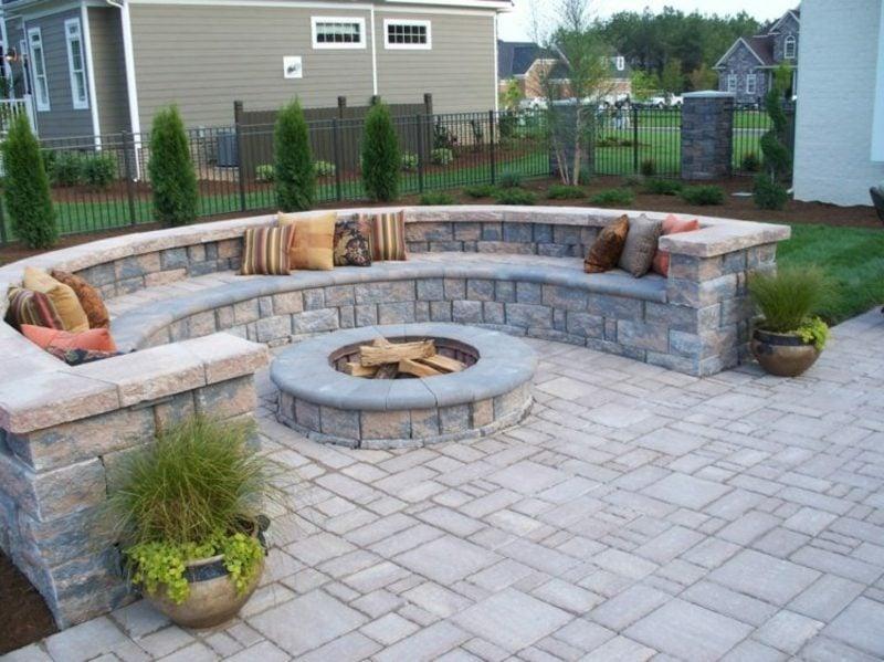 Steinmauer im Garten Sitzbereich Feuerstelle