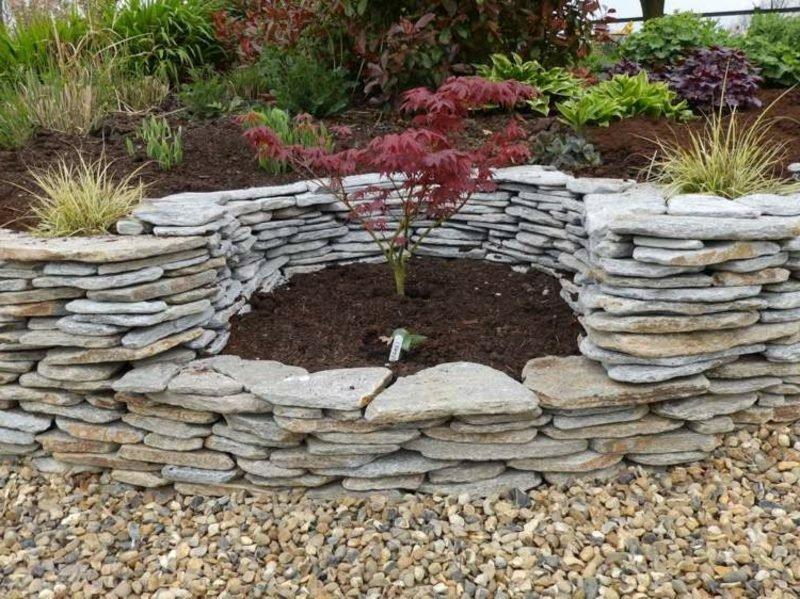 Steinmauer im Garten Sitzecke