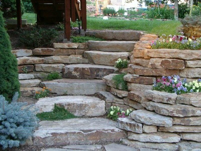 Steinmauer im Garten Treppe Blumenbeete