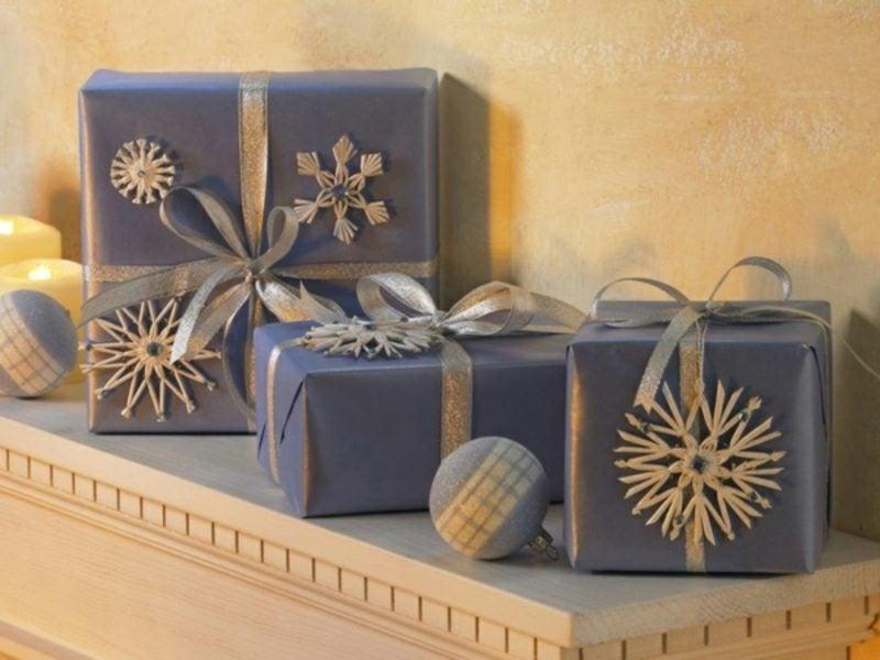 interessantes Geschenkpapier zu Weihnachten Dunkelblau Schneeflocken als Dekoration