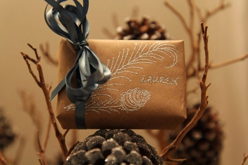 Geschenkpapier zu Weihnachten, dekoriert mit Glitzerstaub