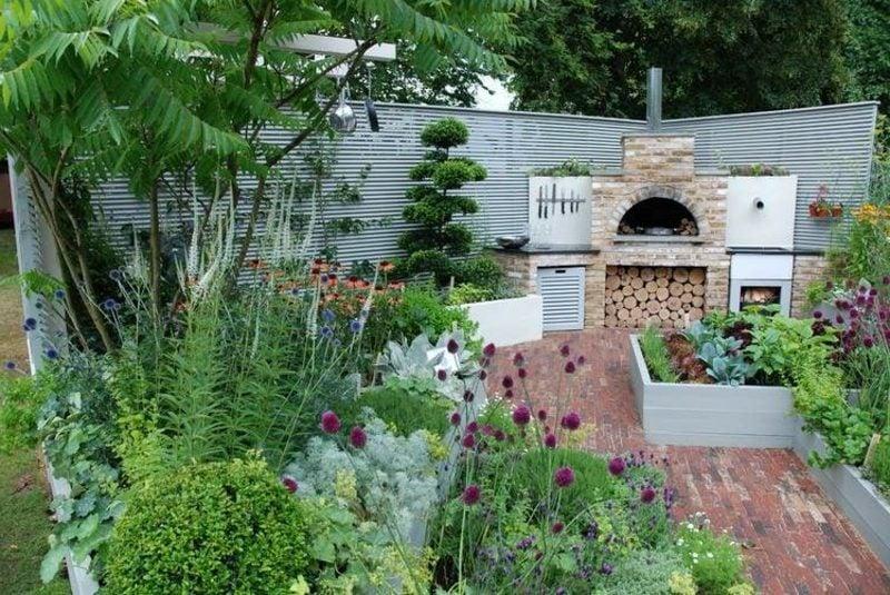 moderne Grillkamin aus Stein mit Brennholz-Abteilung