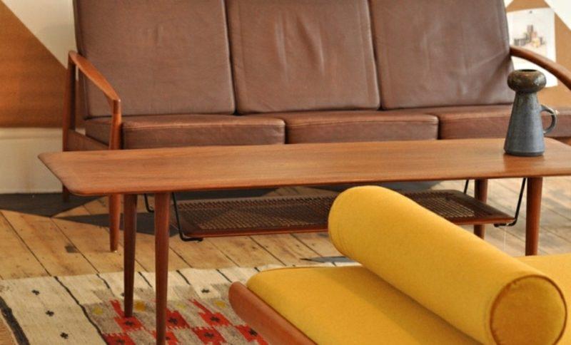 skandinavische Möbel bequemes Sofa braune Lederpolsterung Couchtisch aus Massivholz