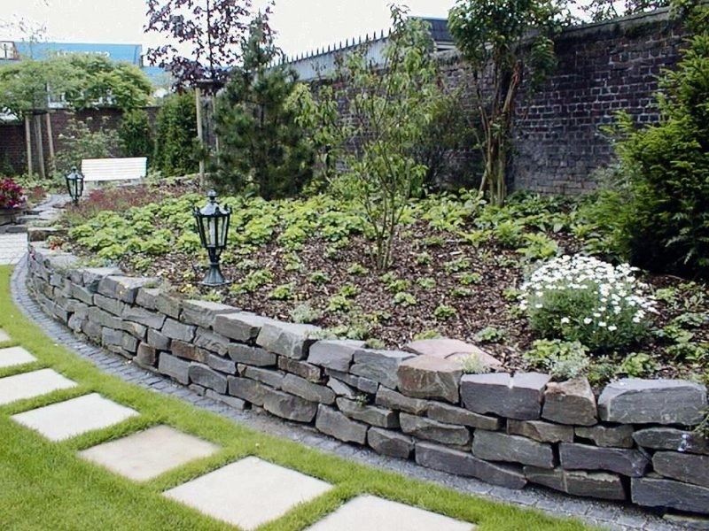 Steinmauer im Garten niedrig Beet Umrandung