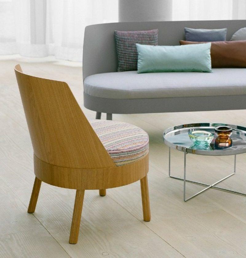 skandinavische Möbel weiches Polstersofa im Grau und origineller Stuhl aus Massivholz