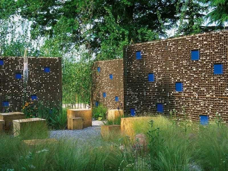 hohe Gabionenwände Garten Blickfang und Sichtschutz attraktiver Look