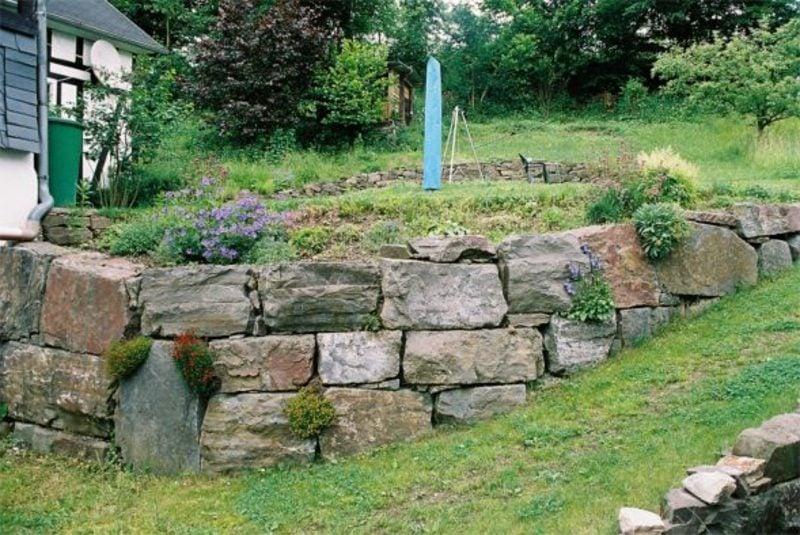 niedrige Steinmauer Garten klassischer Look