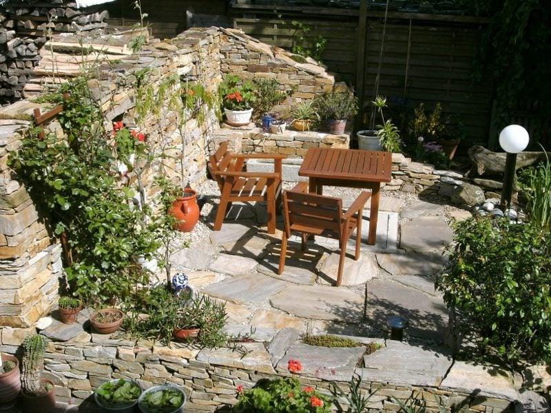 Steinmauer im Garten Sichtschutz auf der Terrasse