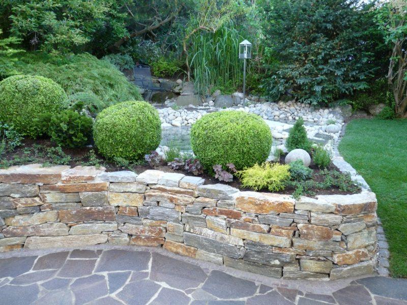 niedrige Steinmauer als Beet Umrandung Garten