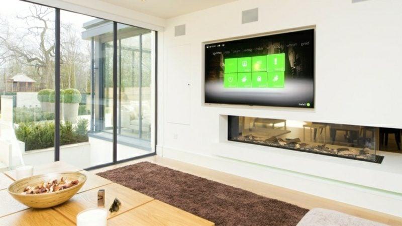 Fernseher, montiert an Trennwand Wohnzimmer