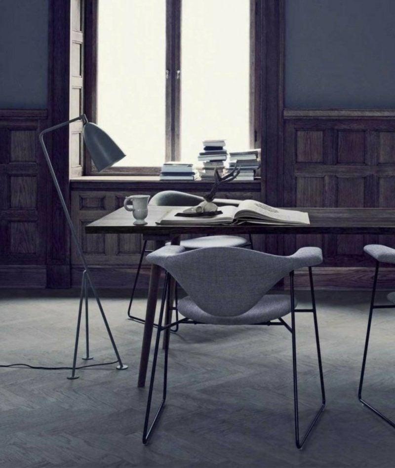 skandinavische Möbel originelle Lampe aus Edelstahl Wandverkleidung Holz interessanter Sessel
