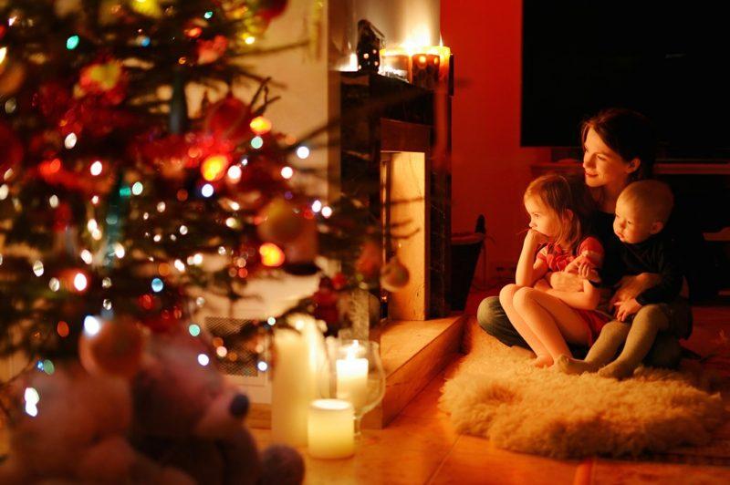 Weihnachten Familienfest Mutter und zwei Kinder Tannenbaum Kamin gemütliches Ambiente