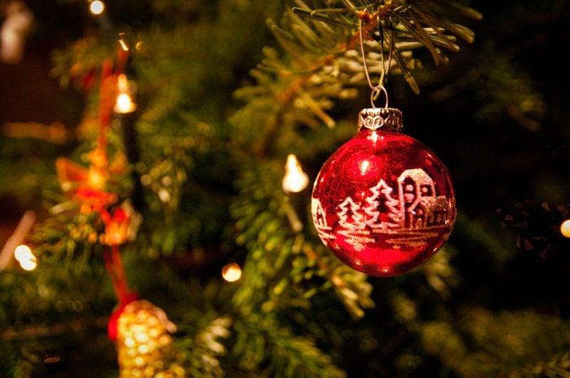 Weihnachtsbaum originelle Kugel im Rot