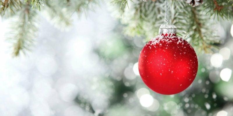 Christbaumkugel rot Schnee Weihnachtsdeko Ideen