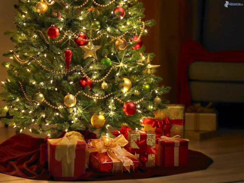 Weihnachtbaum und Geschenke gemütliches Ambiente