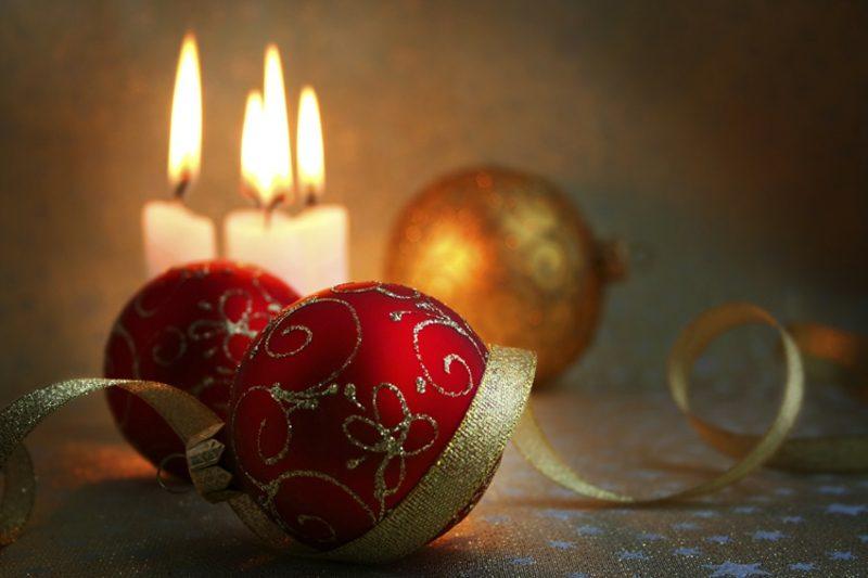 Weihnachtdeko Kerzen und Christbaumkugeln