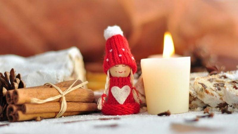 herrliche Weihnachtsdeko brennende Kerze als Symbol der Hoffnung