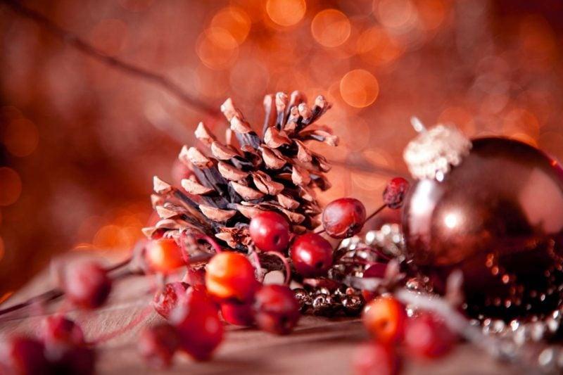 originelle Dekoideen für Weihnachten Tannenzapfen Beeren und Kugel