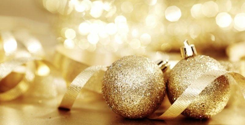 Weihnachtsdeko Ideen Christbaumkugeln im Golden