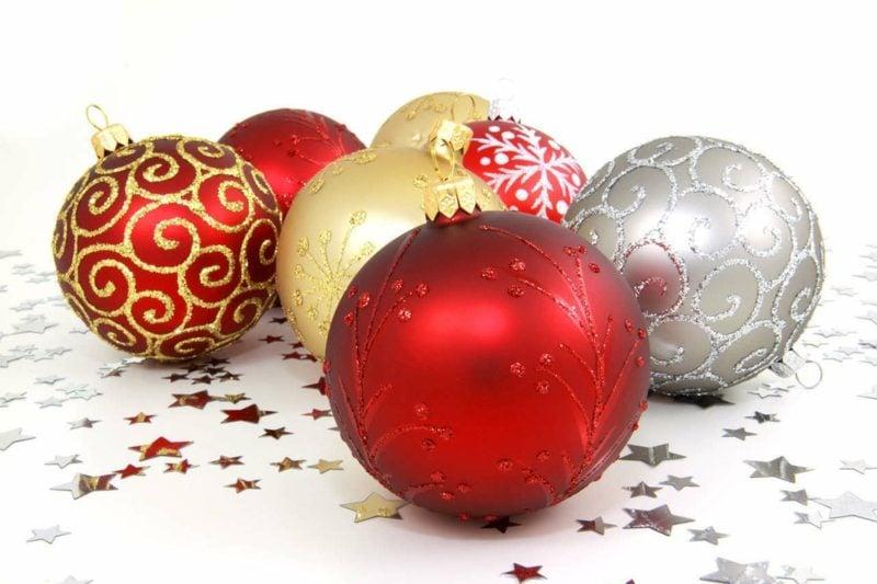 Weihnachtsdeko kreative Ideen Christbaumkugeln im Rot, Silber und Golden