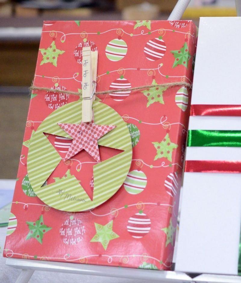 Geschenkpapier zu Weihnachten originelles Design Christbaumkugeln Sternen