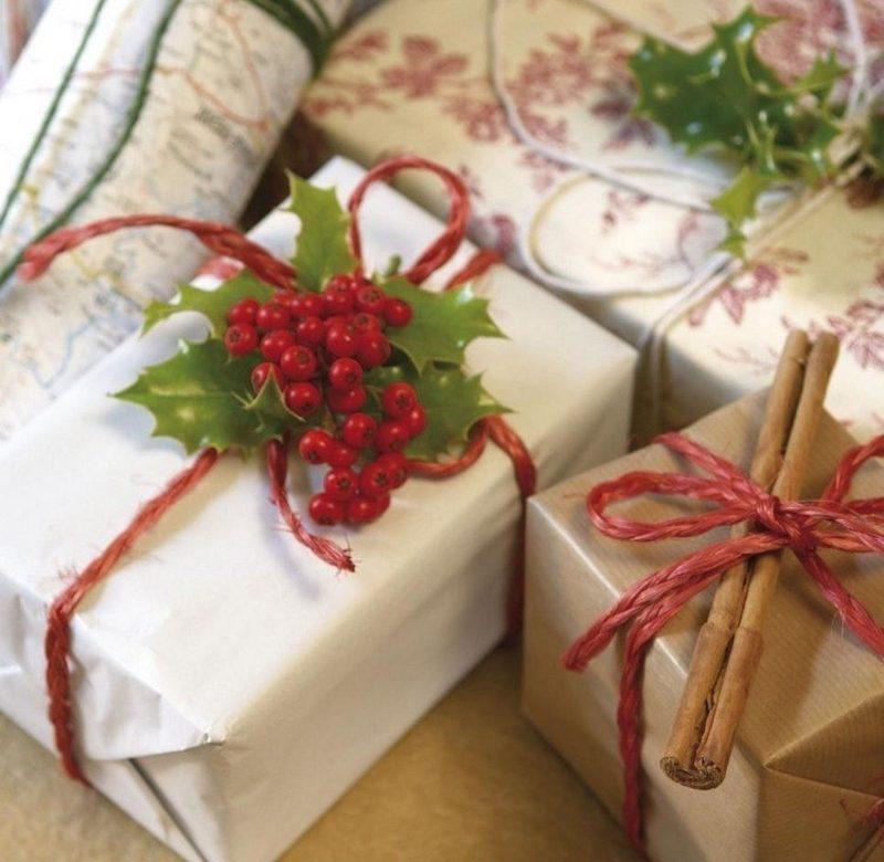 Geschenkpapier zu Weihnachten Zimtstangen rote Beeren