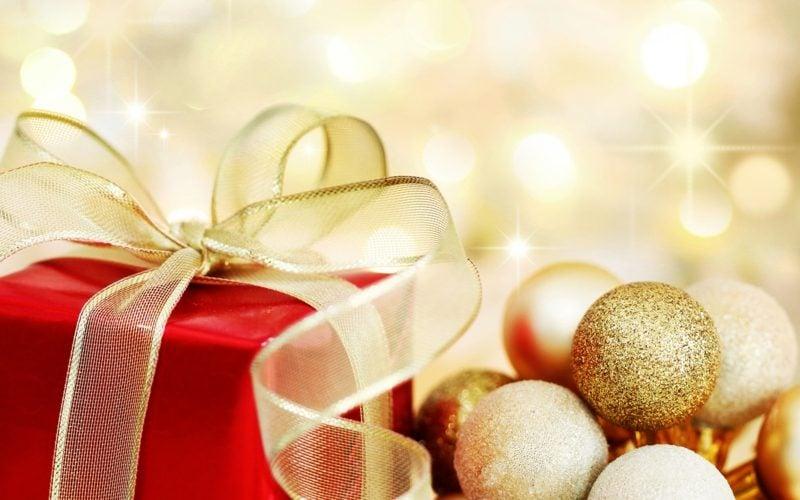 Christbaumkugeln und Geschenke Weihnachten