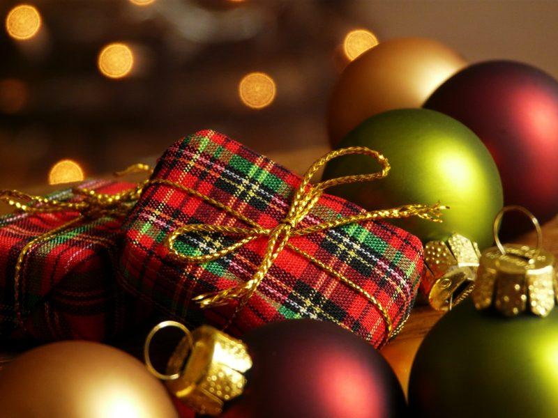 Geschenke für Weihnachten originelle Verpackung Christbaumkugeln
