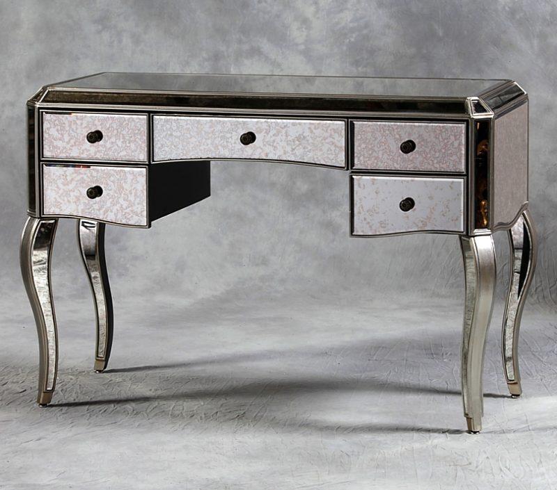 Antikischer Silbertisch.