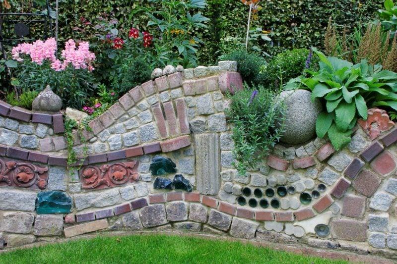 Steinmauer im Garten ausgefallener Look verschiedene Steinarten