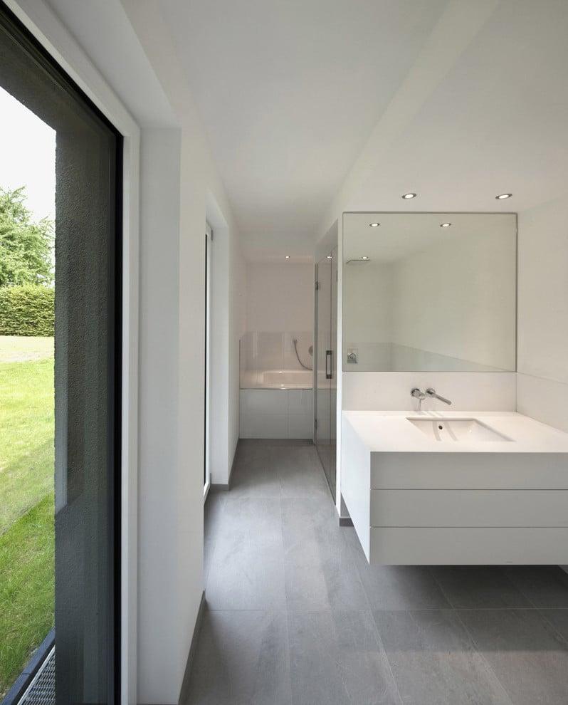 Mit Fliesen in Betonlook gestalten Sie ein großes offenes Badezimmer mit cooler Loft-Ästhetik