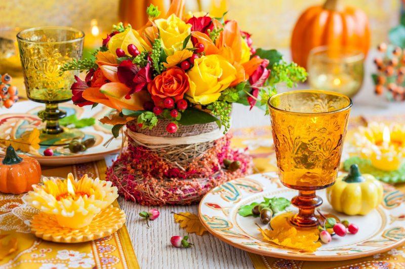 Tischdeko mit bunten Blumen.