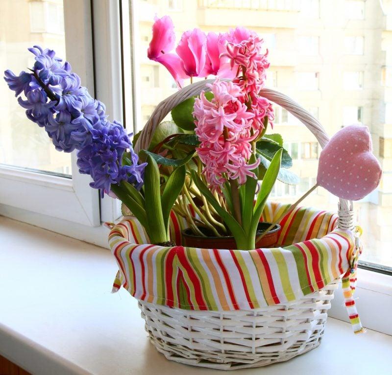 Blumendeko am Fenster.