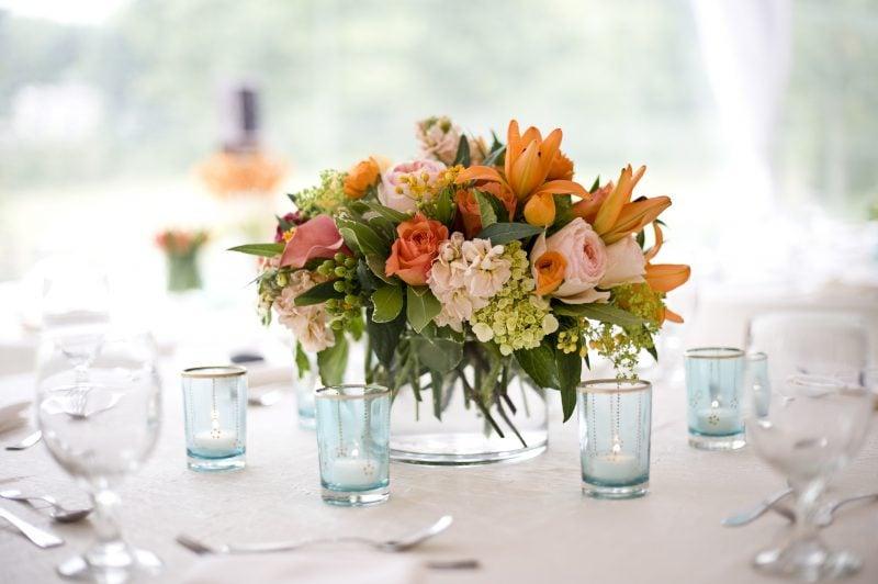 Tischdeko mit Blumen.
