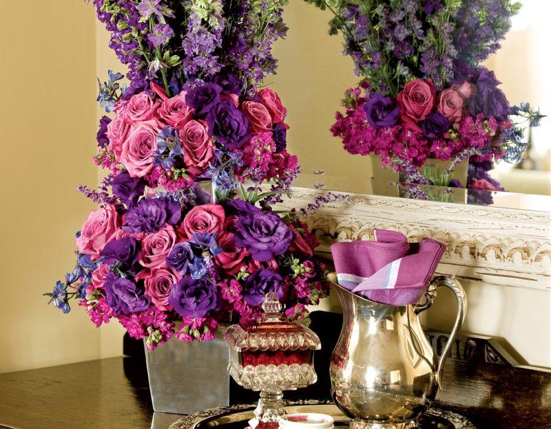 Blumendeko in Lila und Rosa
