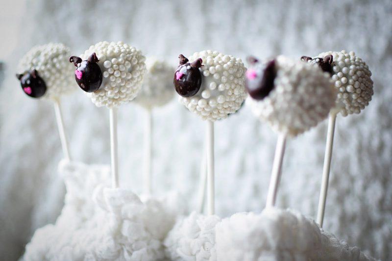 Cake Pop Schaf-Form mit Zuckerperlen!