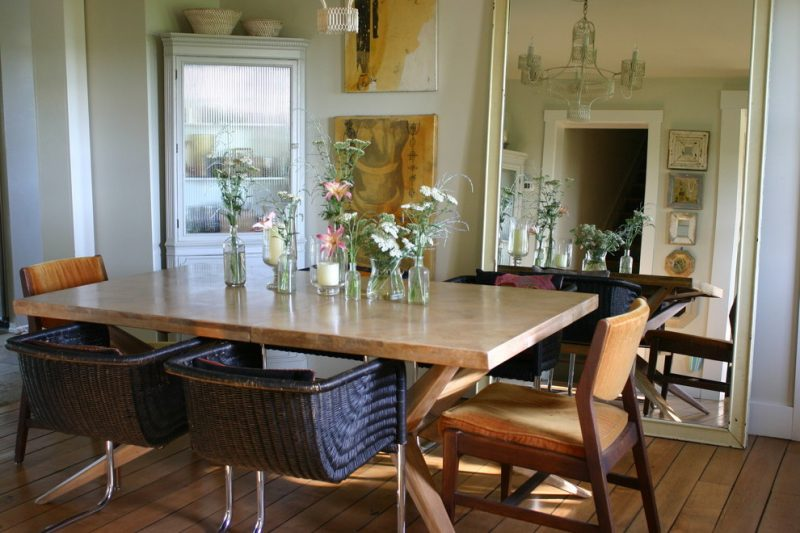 Den Tisch im Esszimmer mit Blumen dekorieren.