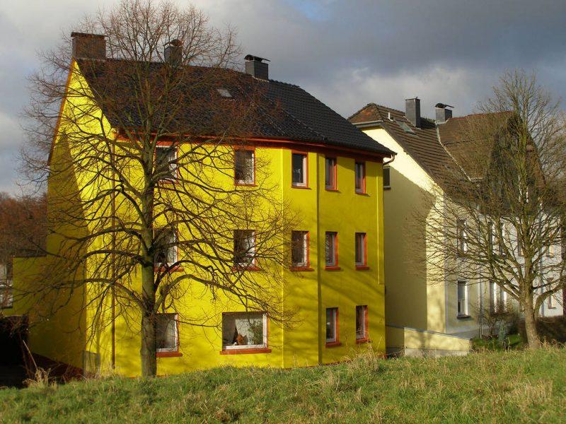 Gelbe Fassadenfarbe