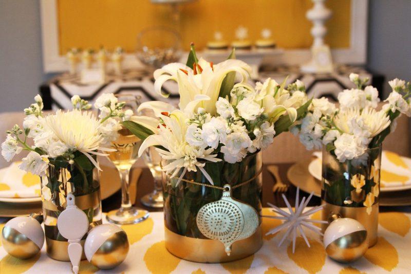 Gelbe Blumen als Tischschmuck.