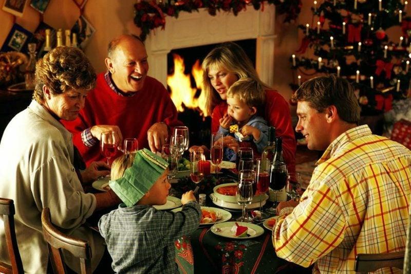 Weihnachtsessen fetlich die ganze Familie zusammen