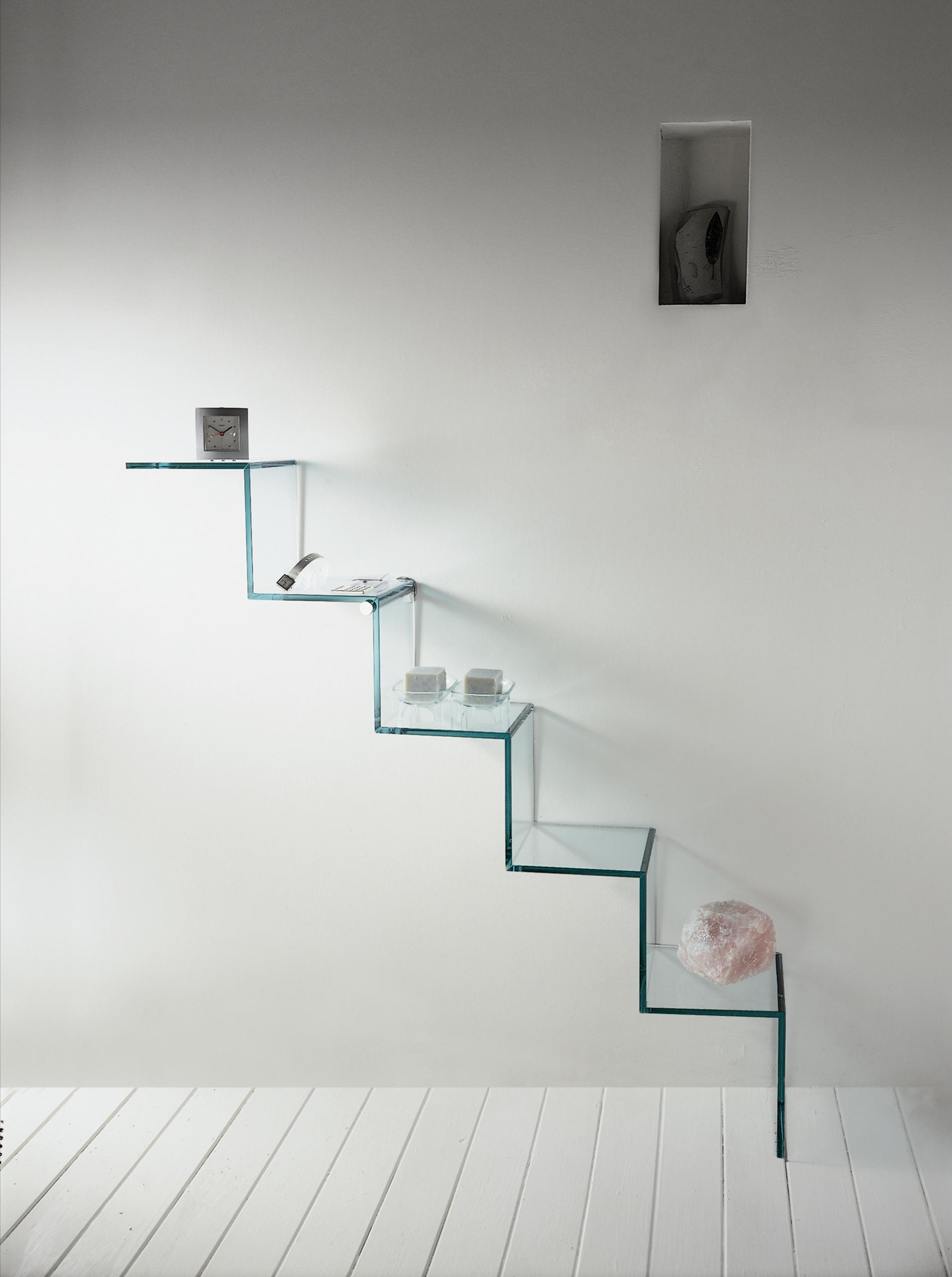Eine schlichte Gestaltung der Küche mit Glasregalen