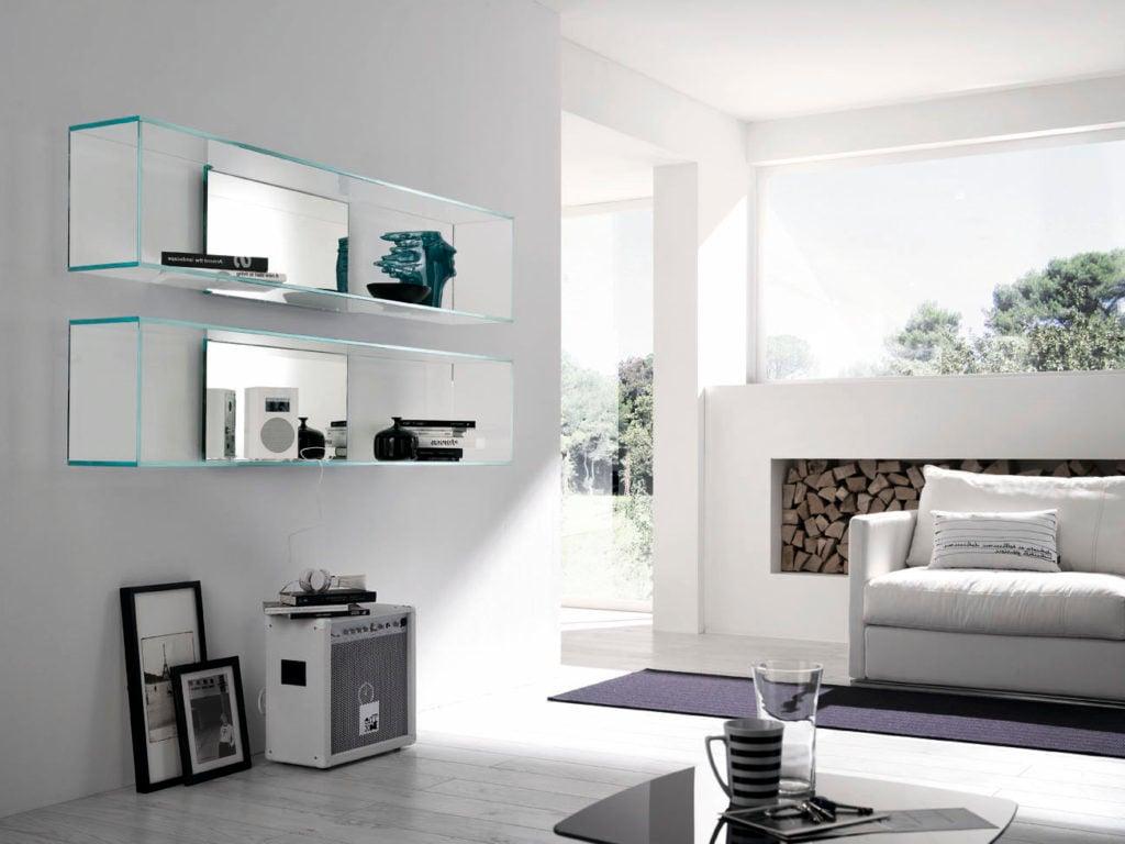 Glasregale im Wohnzimmer gestalten