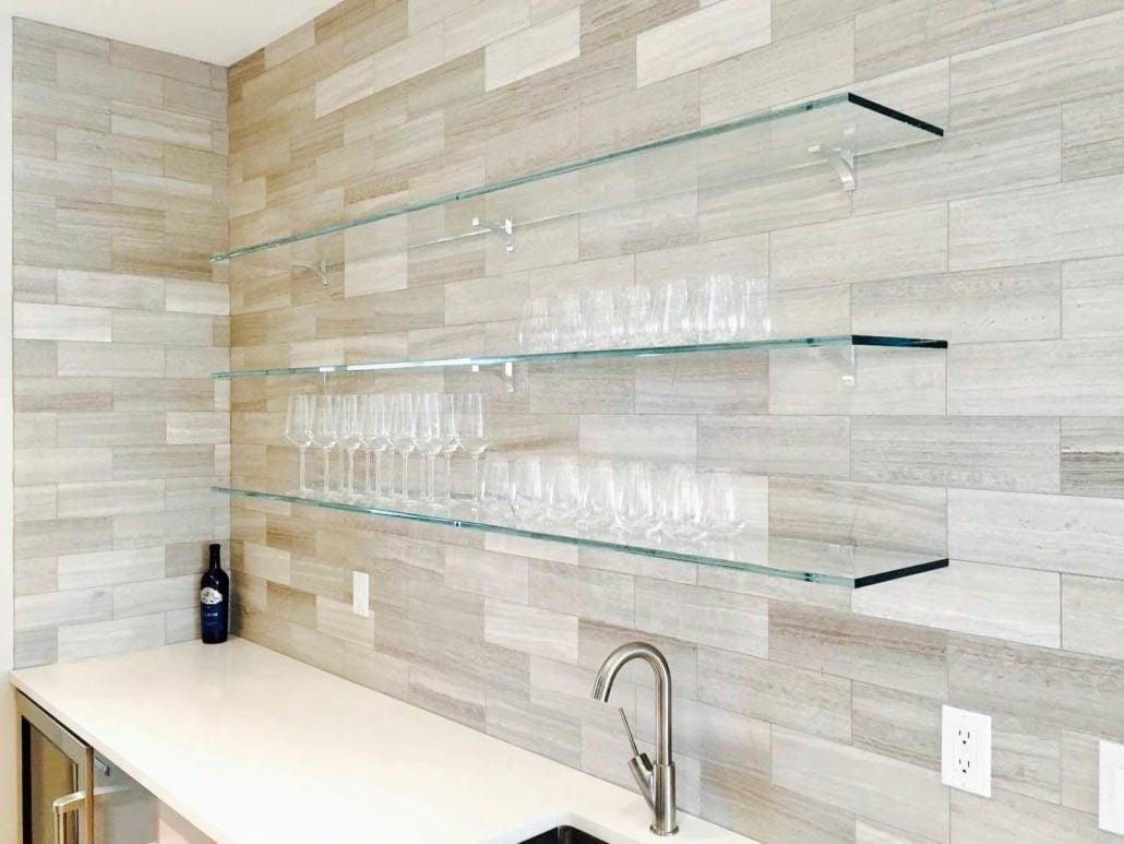 Klassisch verbindet man die Glasregale mit dem Badezimmer