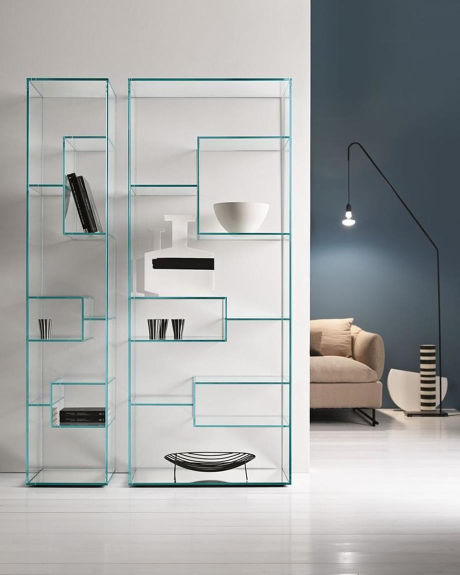 In einemWohnzimmer in minimalistischem Stil muss Glas vorhanden