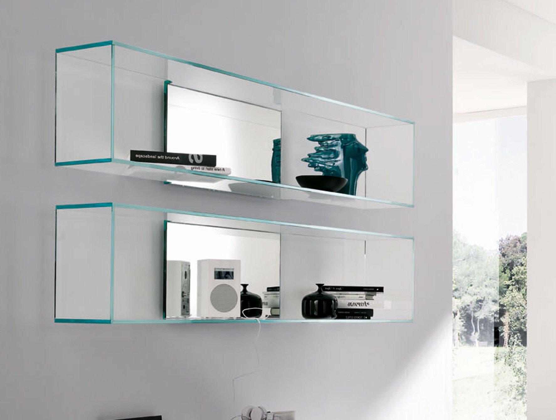 Glasregale als schlichte Dekoration im modernen Wohnzimmer