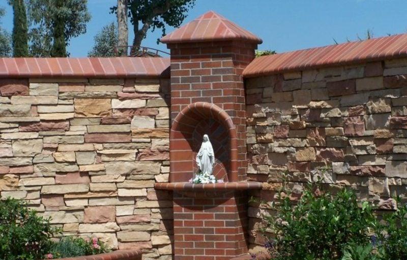 dekorative Steinmauer im Garten Blickfang und Sichtschutz