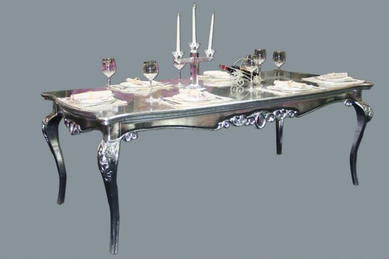 Wunderschöner eleganter Silbertisch.